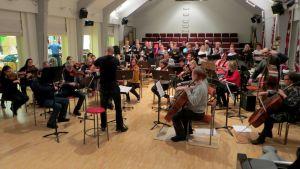 Savonlinnan orkesteri ja Savonlinna-kuoro Matteus-passion harjoituksessa.