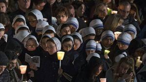 Pitkääperjantaita juhlittiin Roomassa kynttiläkulkueella 25.3.2016.