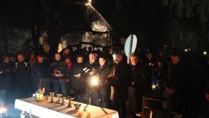 Messu Ylivieskan palaneen kirkon luona pääsiäisyönä.