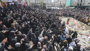 Muutama sata mustiin pukeutunutta ihmistä osoitti mieltään ja huuteli nationalistisia iskulauseita Brysselin keskustassa