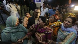 Uhrien omaiset surivat Lahoressa Pakistanissa itsemurhaiskun jälkeen. Iskussa kuoli ainakin 65 ihmistä, suurin osa heistä lapsia ja naisia.