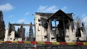 Ylivieskan palanut kirkko Pelastuslaitoksen nauhalla eristettynä.