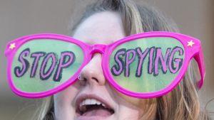 Nainen osoitti helmikuun lopulla tukeaan Applelle FBI:n päämajan edustalla Washingtonissa.