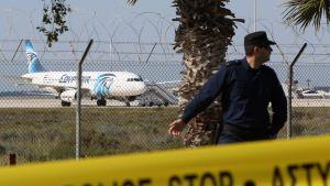 Poliisi ja Egyptairin lentokone Larnakassa, Kyproksella, 29. maaliskuuta.