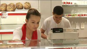 Nuori nainen ja mies berliiniläisessä leipomossa.