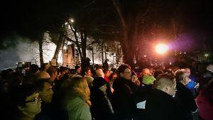 Ihmisiä messussa Ylivieskan palaneen kirkon raunioilla lauantaina 26.3.2016.
