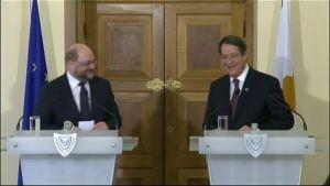Kyproksen presidentti Nikos Anastasiades (oik.) ja Euroopan parlamentin puhemies Martin Schulz konekaappauksen lehdistötilaisuudessa tiistaina.