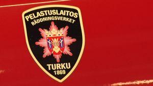 Lähikuvassa pelastuslaitoksen logo.