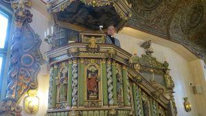 Kirkkoherra Martti Puontila saarnastuolissa