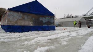 Tapahtumatelttoja sohjoisella Tornionjoen jäällä.