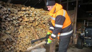 Harri Huupponen puita pilkkomassa.
