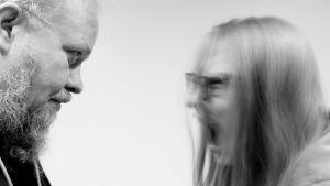 Mies katsoo kun nainen raivoaa.