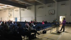 Tuula Putus esittelee koulun sisäilmakyselyn tuloksia.