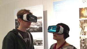 Mies ja nainen virtuaalilasit päässään