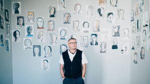 Seppo Fränti esitteli kokoelmaansa Lapinlahden  entisessä mielisairaalassa vuonna 2016.