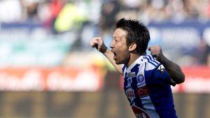 HJK:n Atomu Tanaka juhlii maalia.