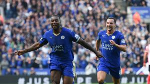 Leicesterin Wes Morgan tuulettaa maalia.