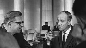 Keskustapuolueen kansanedustaja Nestori Kaasalainen juo kahvia Eduskunnan kahvilassa.