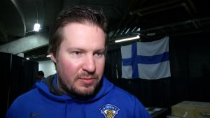 Valmentaja Simo Vehviläinen lähikuvassa.