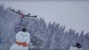 Lentävä moottorisaha halkaisee lumiukon.
