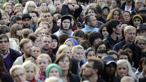 Ruotsalaisia osoittamassa mieltään rasismia vastaan torilla.