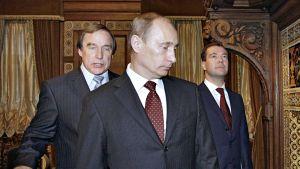 Sellisti Sergei Roldugin näytti lokakuussa 2009 johtamaansa Pietarin musiikkitaloa silloiselle pääministerille Vladimir Putinille ja presidentti Dmitri Medvedeville.