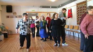 Nellimissä järjestettiin kolttatanssikurssi, jolla pyritään siirtämään rikasta tanssiperinnettä nuoremmalle sukupolvelle.