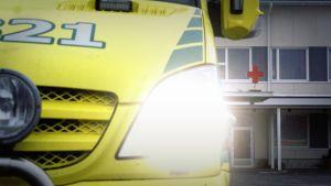 Ambulanssi sairaalan edustalla.