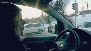 Jatta Hirvisaari ajaa autoa.
