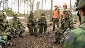 Varusmiehet kuuntelevat palautetta taisteluharjoituksesta.
