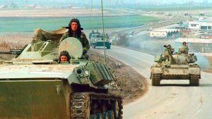 Serbialaisia armeijan ajoneuvoja Pristinan ja Mitrovican välisellä tiellä 16. maaliskuuta 1999.