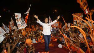 Keiko Fujimori kannattajiensa ympäröimänä Limassa.