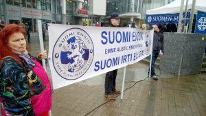 Rajat kiinni –mielenosoitus keräsi toista sataa osallistujaa Rovaniemen Lordin aukiolla.