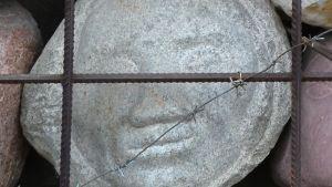 Yksityiskohta vainojen uhrien muistomerkille.
