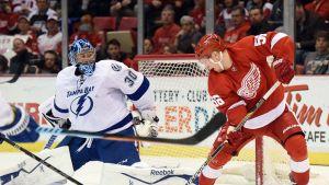 Tampa Bayn Ben Bishop yrittää venyttää Detroitin Teemu Pulkkisen eteen.