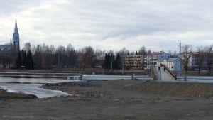 Rakennustontti Joensuun Penttilässä Pielisjoen partaalla. Tontille alkaa rakentua 14-kerroksinen puukerrostalo opiskelija-asunnoiksi.