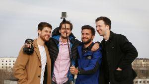 miehet poseeraavat selfiessä
