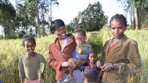 naisia ja lapsia etiopialaisella pellolla