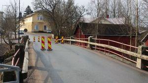 Vanha silta, jolla liikennemerkkejä.