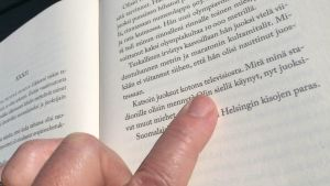 sormi osoittaa kirjassa olevaa virhettä