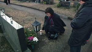 Sari Varpula vei kynttilän Lapuan patruunatehtaan onnettomuudessa 13. huhtikuuta 1976 menehtyneen isänsä haudalle.