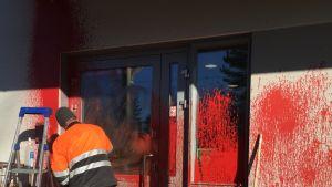 Pyhäjoen Ollinmäen teolisuusalueella on töhrittypunaisella värillä toimistorakennuksen seinää.