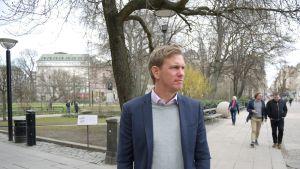 Pontus Herinkadulla puiston vieressä. Herin muutti varakkaiden ruotsalaisten asuinalueelta lähiöön kokeakseen erilaisen Ruotsin.