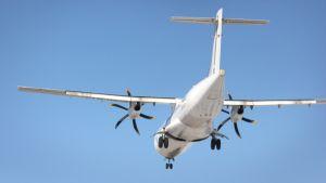 Lentokonen laskeutuu kentälle.