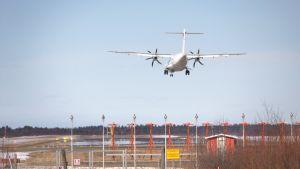 Lentokone laskeutuu Kemin kentälle huhtikuussa.