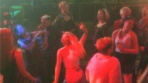 Tanssijoita diskon lattialla 90-luvulla.