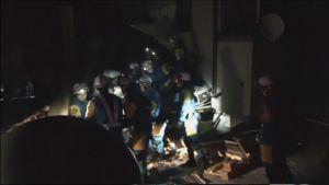 Pelastustyöntekijät auttavat eloonjääneitä raunioista.