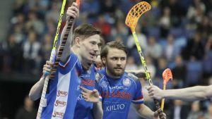 Eemeli Salin (vas.), Nico Salo (oik.) ja Mikko Leikkanen juhlivat 1-1-osumaa.