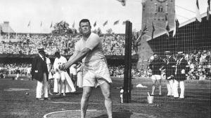 Yhdysvaltojen Matt McGrath voitti moukarikullan Tukholmassa 1912. Olympiaennätys 54,74 metriä piti pintansa 24 vuotta. Viimeksi Lontoossa kultaan vaadittiin yli 80 metrin heitto.