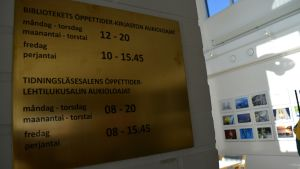 Myös muunmuassa Närpiön kirjaston opastaulut ovat nyt kaksikielisiä.